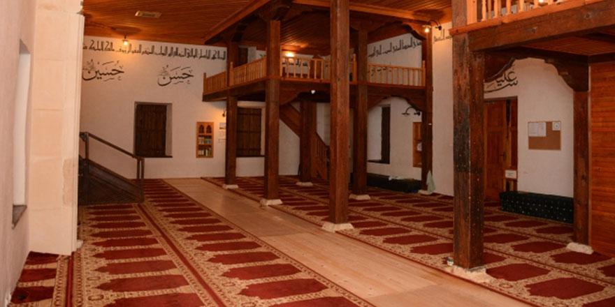 Camide namaz kılan turistin çantasını çalan şüpheliler yakalandı