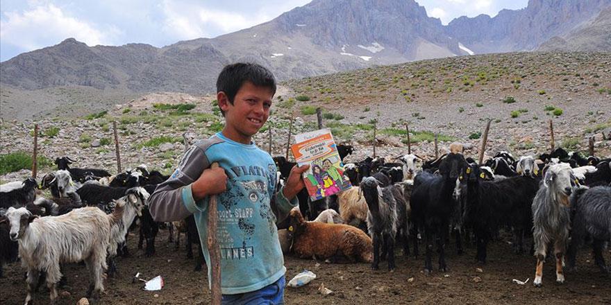 Çobanların ayağına kitap taşıyorlar