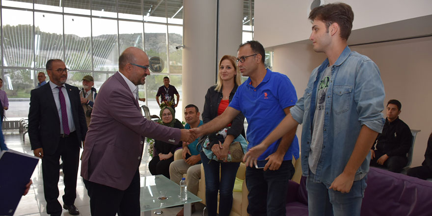 Rektör öğrencileri otogarda karşıladı