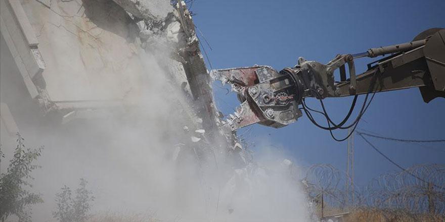 Filistinli aile evlerini kendi elleriyle yıkmaya zorlanıyor