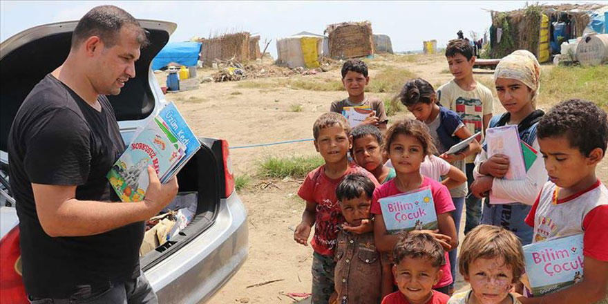 Minibüsle köy çocuklarına kitap taşıyorlar
