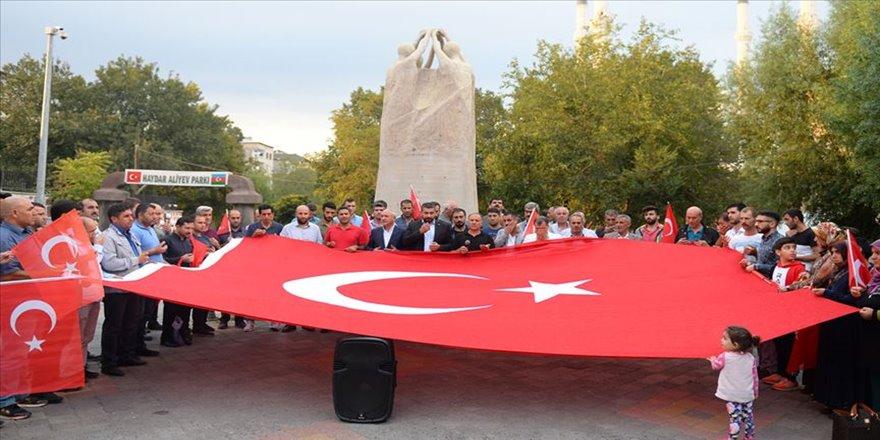 Iğdır'da STK'lerden HDP önünde eylem yapan annelere destek