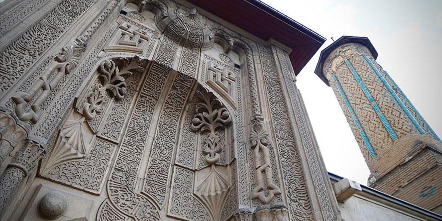 Kubbesindeki Kur'an ayetleri ziyaretçileri cezbediyor