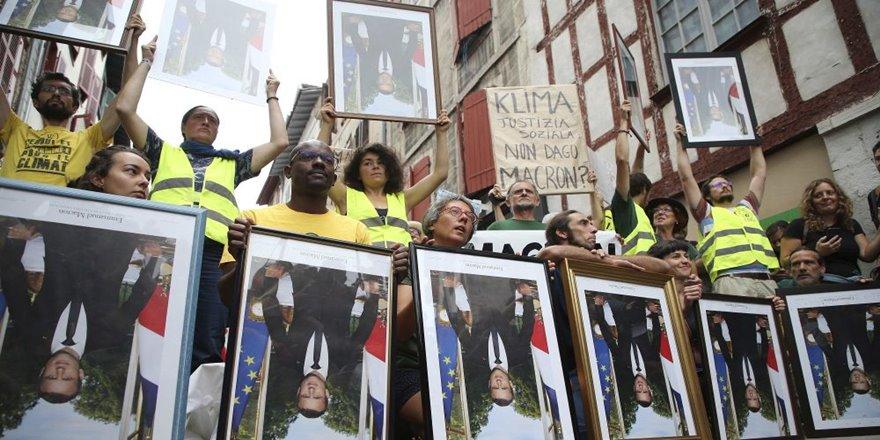 Mahkeme, Macron'un belediyedeki portrelerini indirenleri haklı buldu