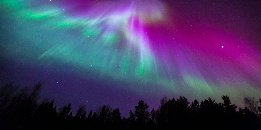 Finlandiya seması yeşil, mor ve beyaza büründü