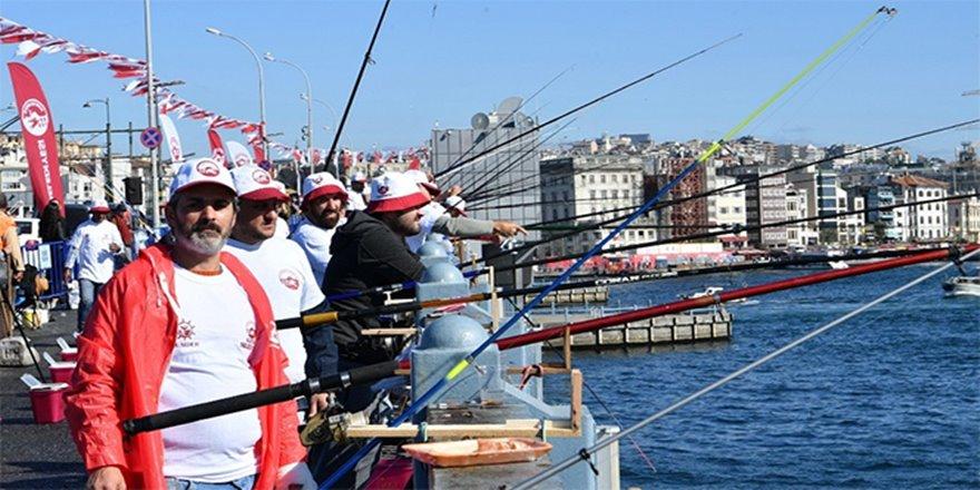 Galata Köprüsü'nde balık tutma yarışması
