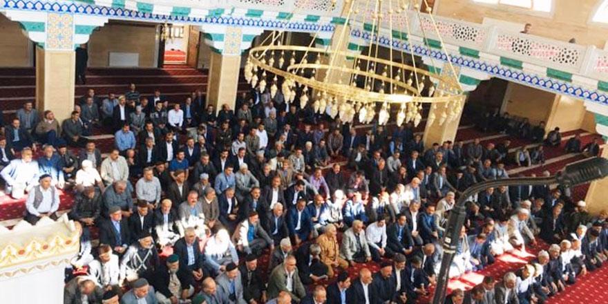 Bediüzzaman Camii'nde Kur'an'ın altından geçip barıştılar