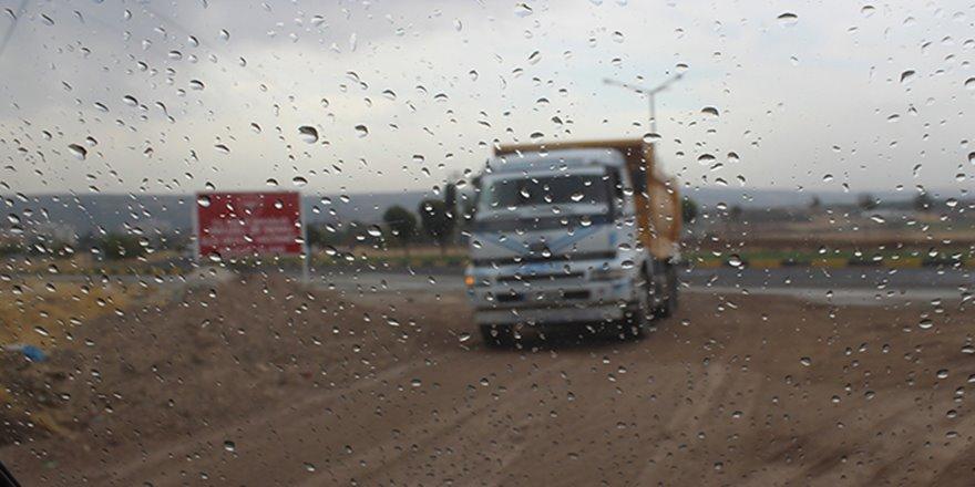 Hava sıcaklığının 30 dereceye ulaştığı ilçede yağış şaşırttı