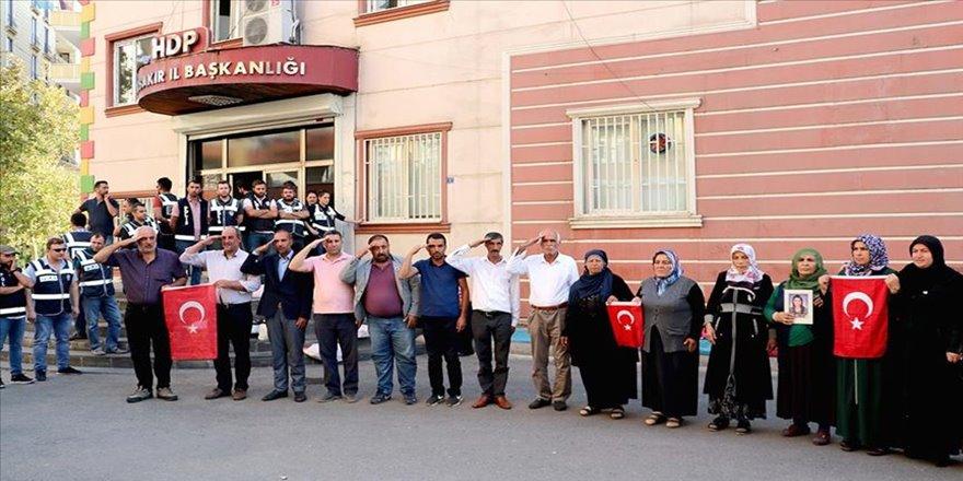 HDP önünde oturma eylemi yapan ailelerden asker selamı