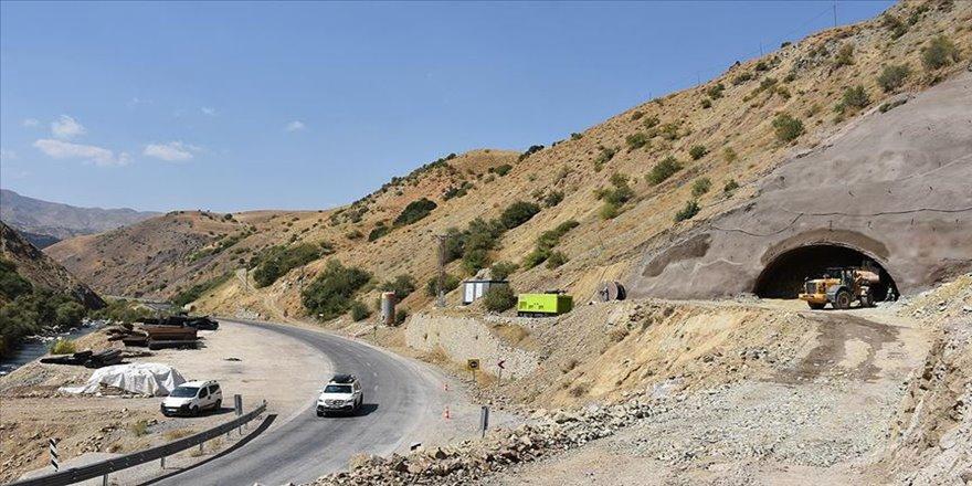 Karayolları güvenli yolculuk için Hakkari dağlarını deliyor