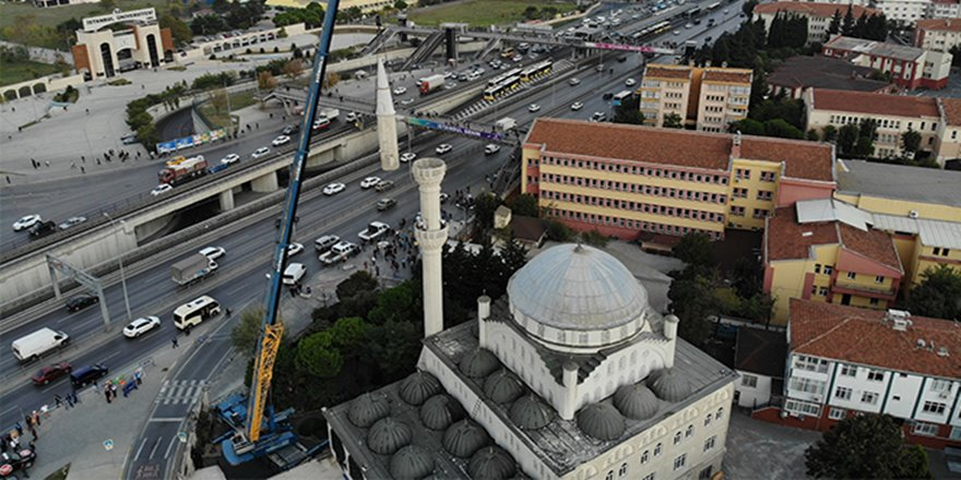 Avcılar'da depremde zarar gören caminin ikinci minaresinin sökümü başladı