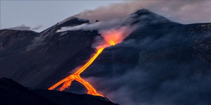 İtalya'daki Etna yanardağından alev akmaya başladı