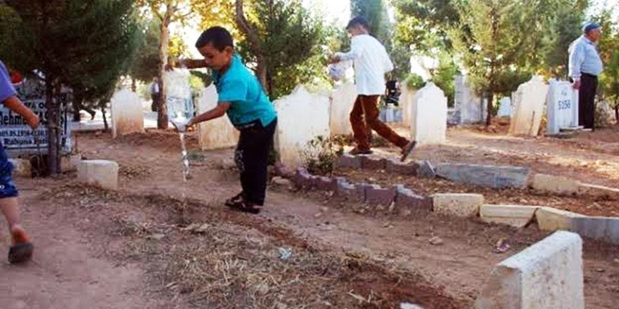 Mezarın üzerine su dökülmesinin dinde yeri var mı?