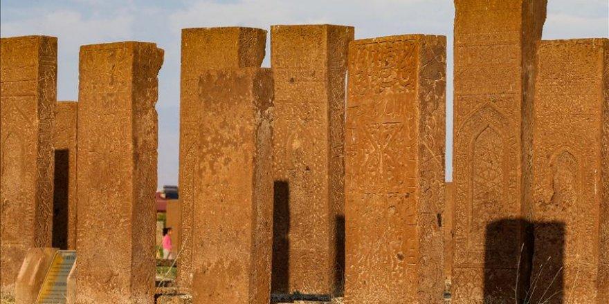 Ahlat taşının Nemrut'un eteklerinden yapılara uzanan zorlu yolculuğu