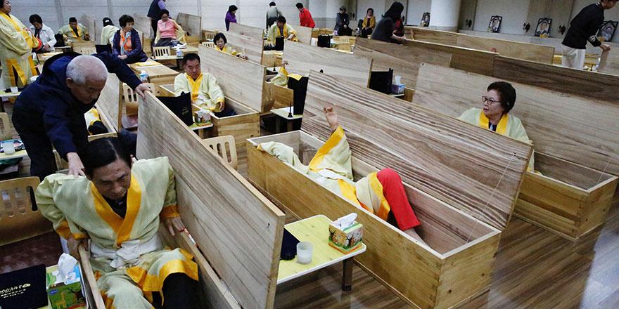 Güney Kore'de binlerce kişi 10 dakika tabuta girince değişiyor