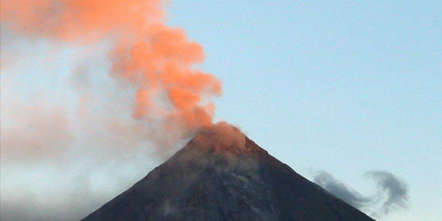 Japonya'da Sakurajima Yanardağı 5 bin 500 metre yükseğe patladı