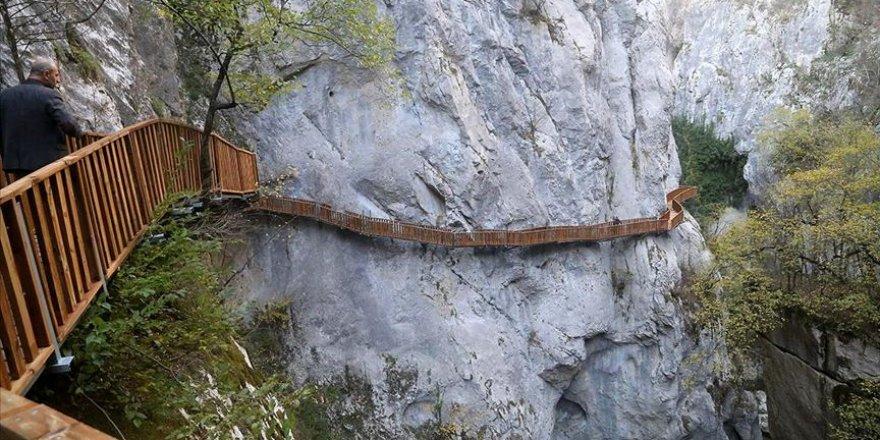 Horma Kanyonu kayalara inşa edilen platformdan geçilecek
