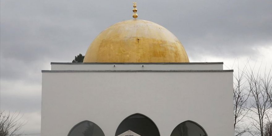 Fransa'da cami duvarına İslam karşıtı yazılar yazıldı