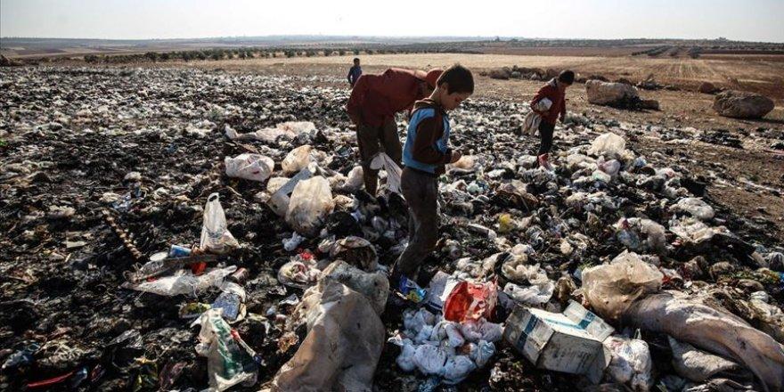 İdlibli çocuklar ekmeklerini çöpten çıkarıyor