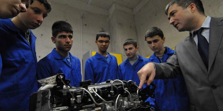 'Yerli otomobili' hedef gösterdiği öğrencilerini geleceğe hazırlıyor