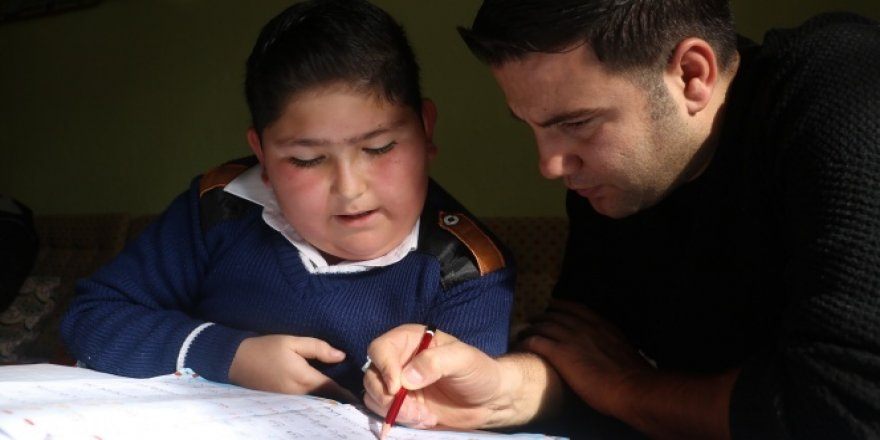 Öğrencisine 1 harf öğretebilmek için 100 kilometre yol kat ediyor