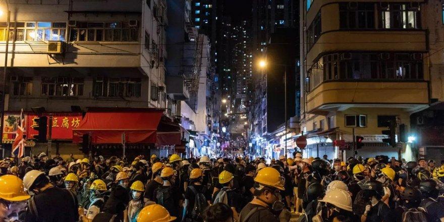 Hong Kong'da göstericiler yine sokaklarda