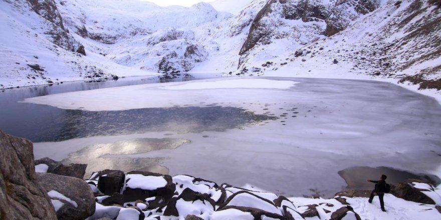 Bolkar'daki buzul göllerinin kış güzelliği etkiliyor