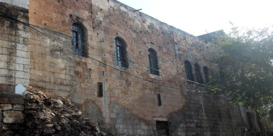 Duvar yıkılınca, Fransızlarla yaşanan çatışmanın izleri ortaya çıktı