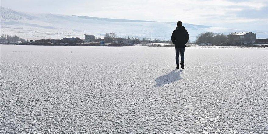 Buzla kaplanan Aktaş Gölü ziyaretçilerini ağırlıyor
