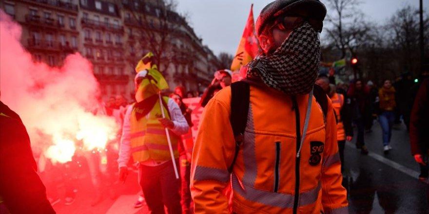 Fransa'da Macron karşıtları yeniden sokaklarda