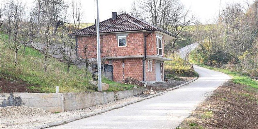 Emekli olacak imamlarının köyde kalması için imece usulü ev yaptılar
