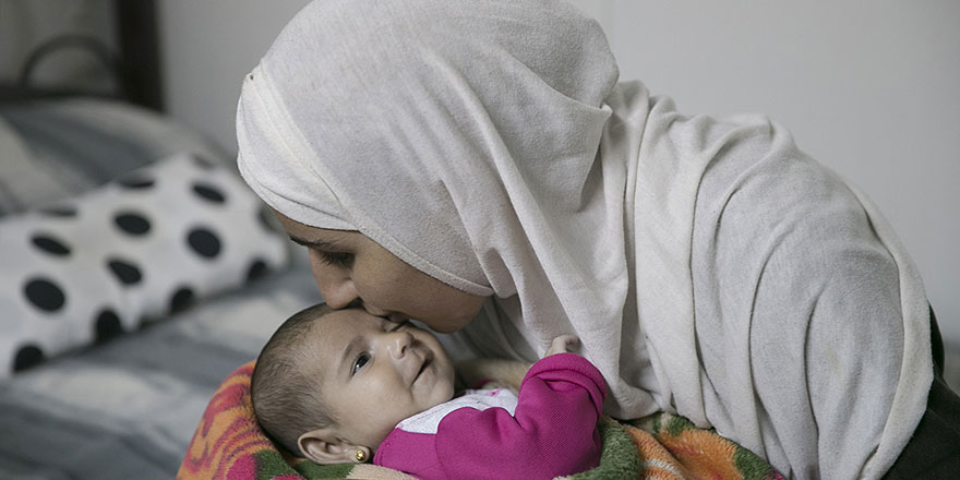 Esed ve Rusya'nın gözlerini kör ettiği anne, bebeğinin kokusuyla avunuyor