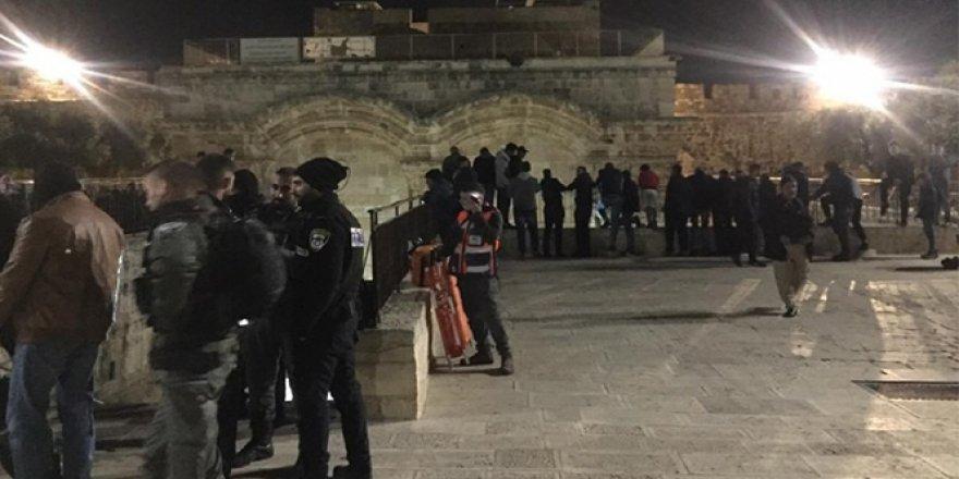 İşgalci İsrail askerleri Mescidi Aksa'da namaz kılanlara saldırdı