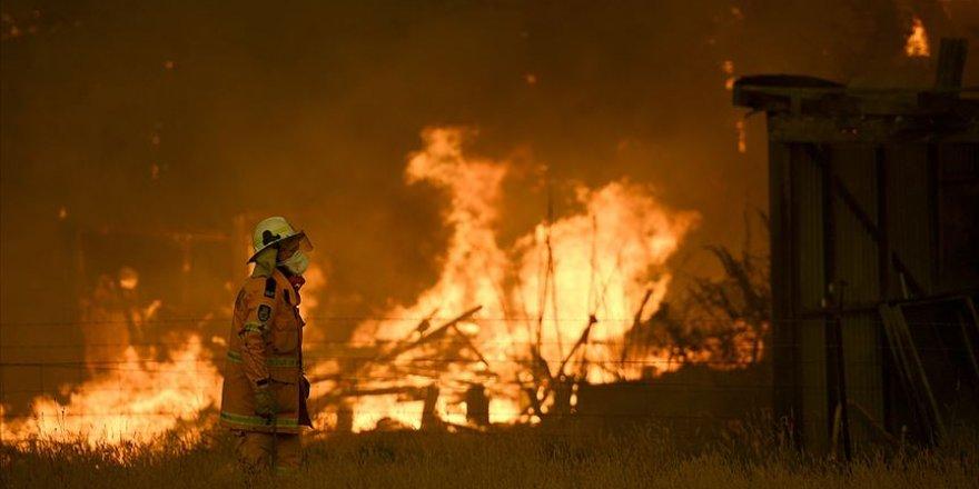 Avustralya'da kuvvetli rüzgar yangınlara müdahaleyi güçleştiriyor
