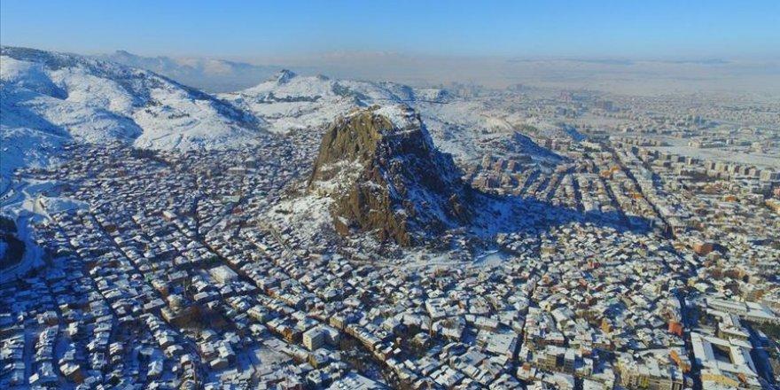 Karahisar Kalesi kış güzelliğiyle cezbediyor