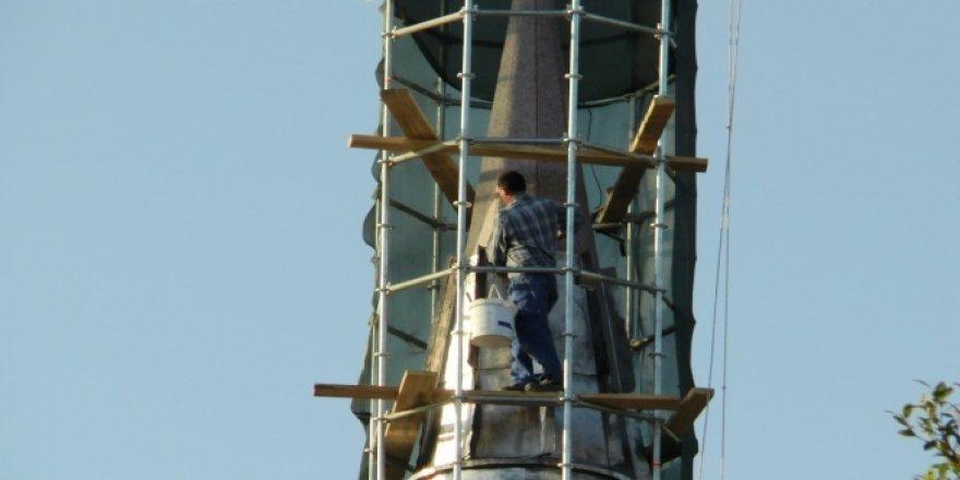 30 metrelik minarenin tepesinde tehlikeli çalışma