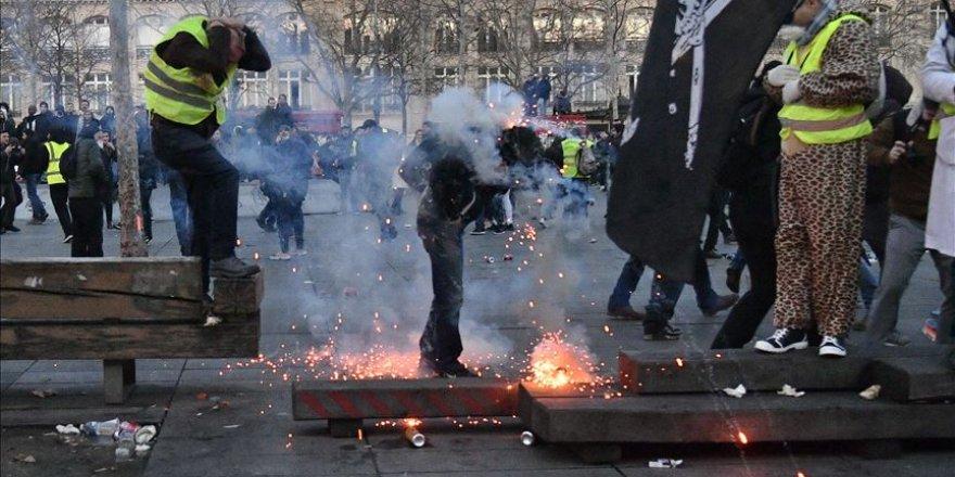 Fransa'da sarı yeleklilerin gösterileri şiddete dönüştü