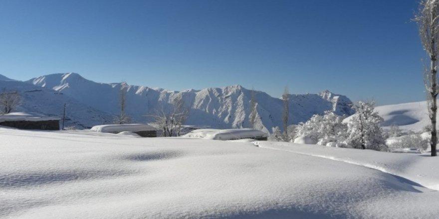 Tek katlı evler kar altında kaldı