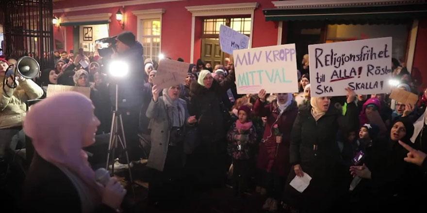 Müslüman olmayan öğretmenler başörtüsü yasağını başörtüsü takarak protesto etti