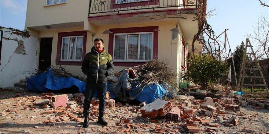 Manisa'daki deprem Kırkağaç'taki bazı evlerde hasara neden oldu