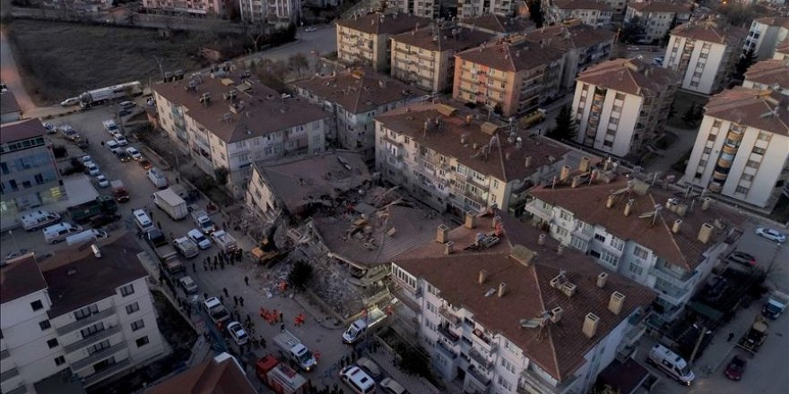 Elazığ'daki depremin ardından kurtarma çalışmaları sürüyor