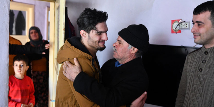 Depremin kahramanlarından Suriyeli Mahmud depremzede ile buluştu