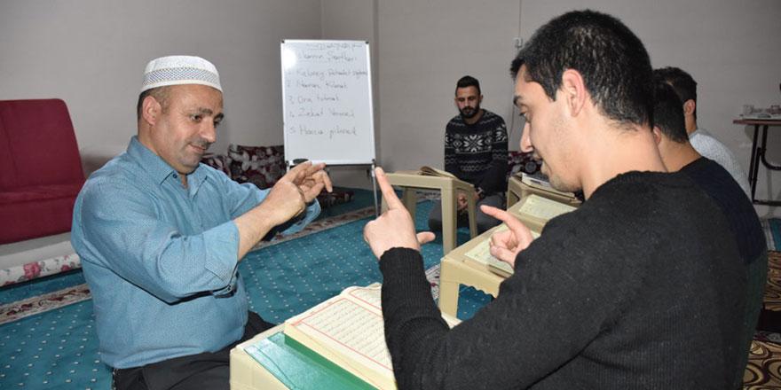 İşaret diliyle Kur'an-ı Kerim'i hatmedip umre ödülü kazandılar
