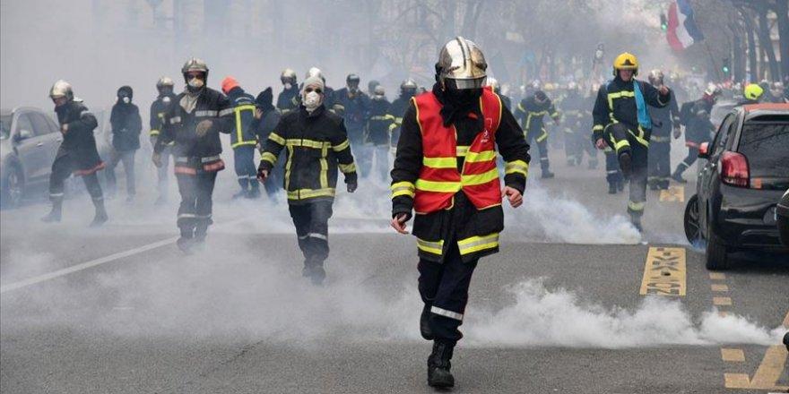 Paris'te itfaiyeciler çalışma koşullarını protesto etti