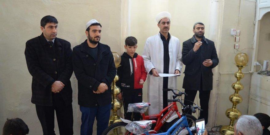 Tatilde camiye düzenli giden çocuklar ödüllendirildi