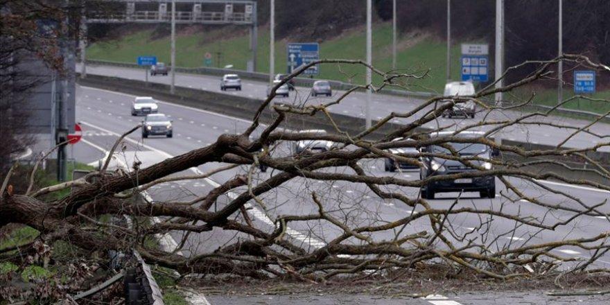 İngiltere'de Ciara fırtınası yaşamı olumsuz etkiliyor