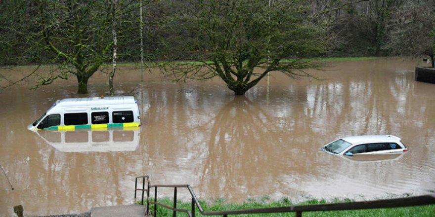 Dennis fırtınası İngiltere ve Galler'de su baskınlarına yol açtı