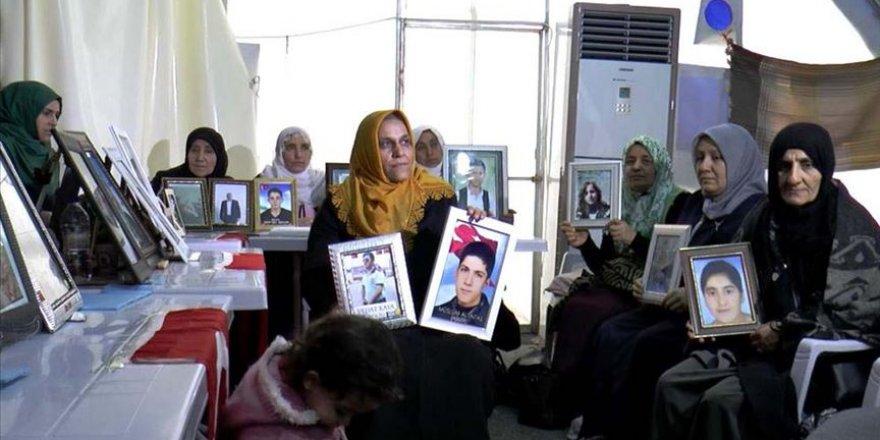 Kızına kavuşmanın sevincini oturma eylemi yapan annelerle paylaştı