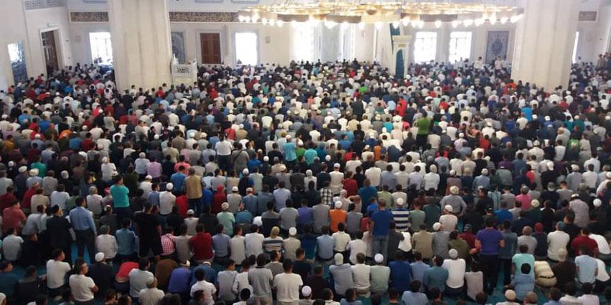 'Cuma namazında cemaatin omuzlarını yararak ilerleyen cehennemliktir' hadisi sahih midir?