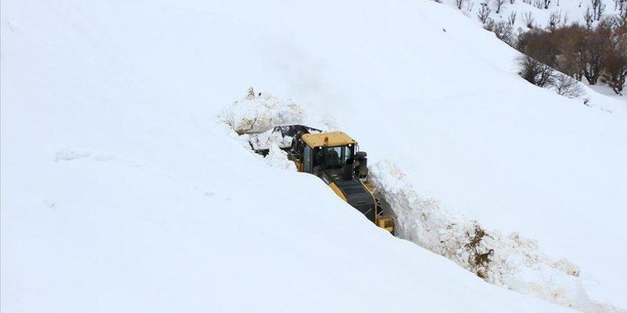 Bitlis'in zorlu coğrafyasında karla mücadele ediyorlar